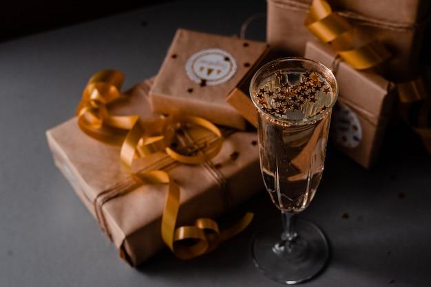 Taça de champanhe apresenta decorações fundo