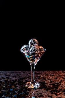 Taça de champanhe cheia de bolas de discoteca