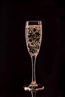 Taça de champanhe com bolhas com reflexão