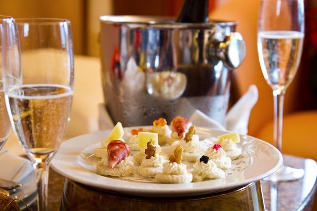 Taça de champanhe com canapés na mesa