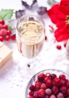 Taça de champanhe com cranberry e decoração de natal. conceito de natal e ano novo.