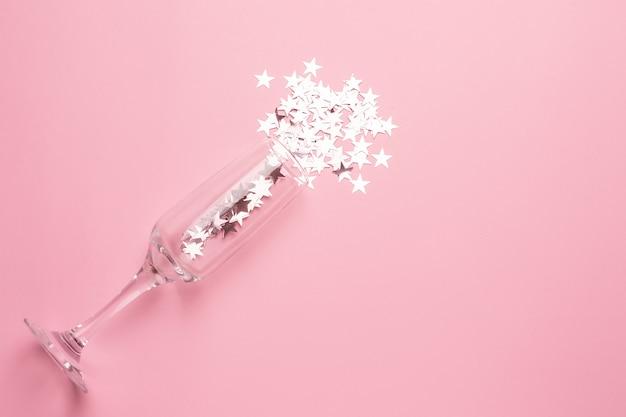 Taça de champanhe com estrelas de prata