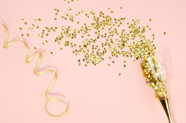 Taça de champanhe com glitter dourado