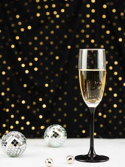Taça de champanhe com globos e pontos dourados