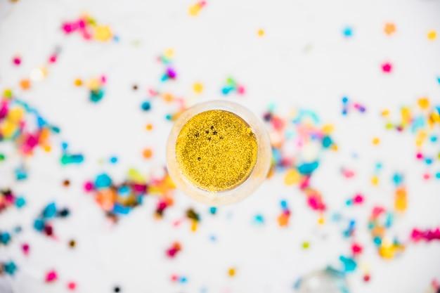 Taça de champanhe com lantejoulas brilhantes na mesa