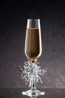 Taça de champanhe de vista frontal em superfície escura
