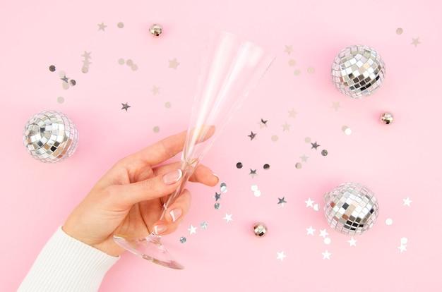 Taça de champanhe de vista superior, cercada por globos