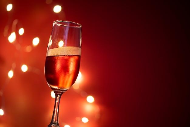 Taça de champanhe na mesa contra luzes desfocadas