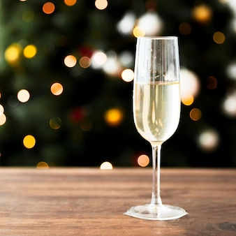 Taça de champanhe na mesa de madeira