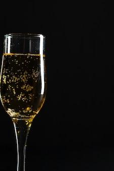 Taça de champanhe no preto