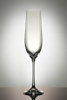 Taça de champanhe vazia isolada no fundo branco