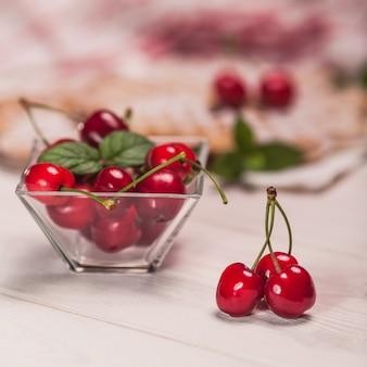 Taça de copos cheia de cerejas