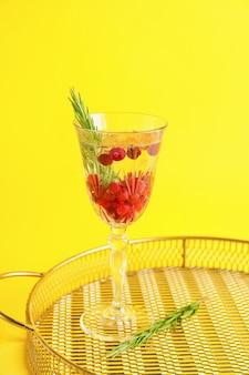Taça de coquetel de champanhe com cranberry e alecrim na cor