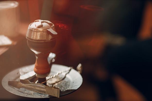 Taça de narguilé shisha com carvão quente e tabaco para fumar e lazer