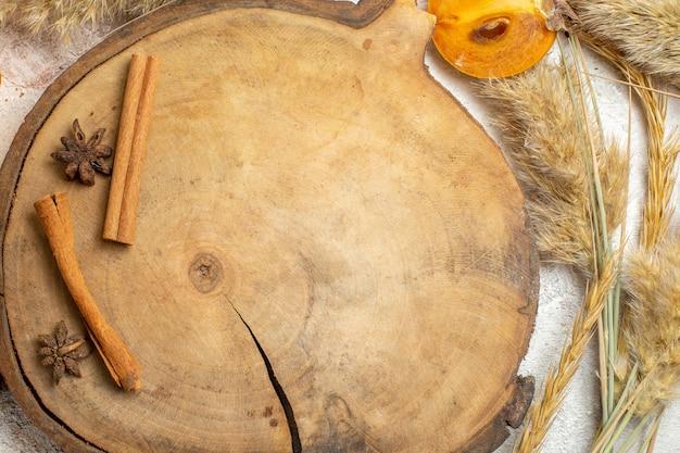 Taça de palmeira com anis estrelado e paus de canela ao redor