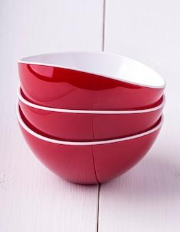 Taça de salada vermelha vazia e três xícaras