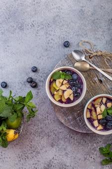 Taça de smoothie de açaí de café da manhã para estilo de vida saudável