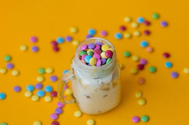 Taça de sorvete de creme com doces na drageia