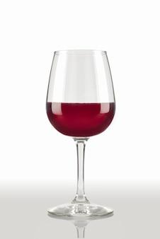 Taça de vidro com vinho tinto e fundo branco