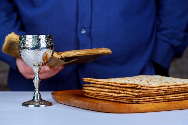 Taça de vinho de prata com matzah, símbolos judaicos para o feriado de páscoa pessach.