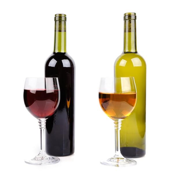 Taça de vinho e garrafa de vinho no fundo branco