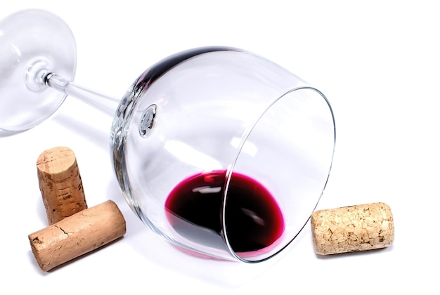 Taça de vinho e rolhas isoladas