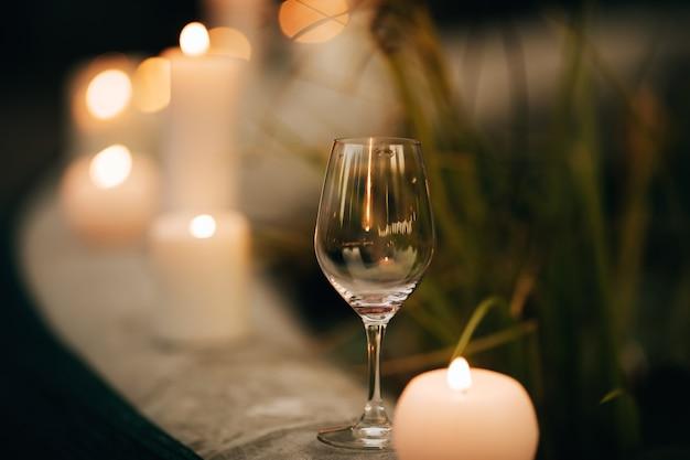Taça de vinho na cerimônia de casamento no jardim à luz de velas