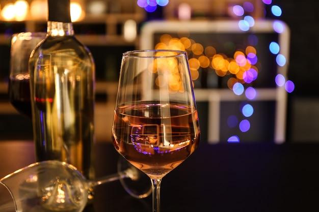 Taça de vinho saboroso na mesa do bar