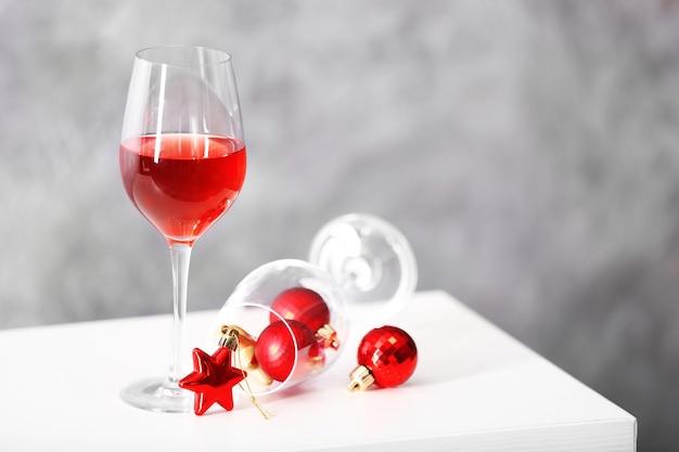 Taça de vinho tinto com acessórios de natal