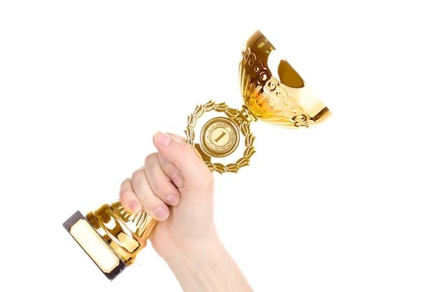 Taça do troféu na mão isolada no branco