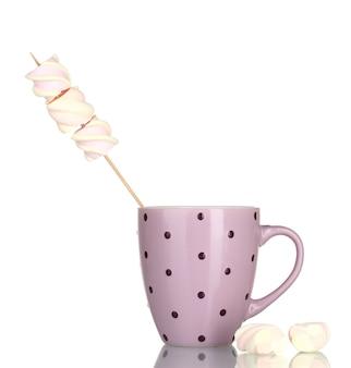 Taça e marshmallows isolados no branco
