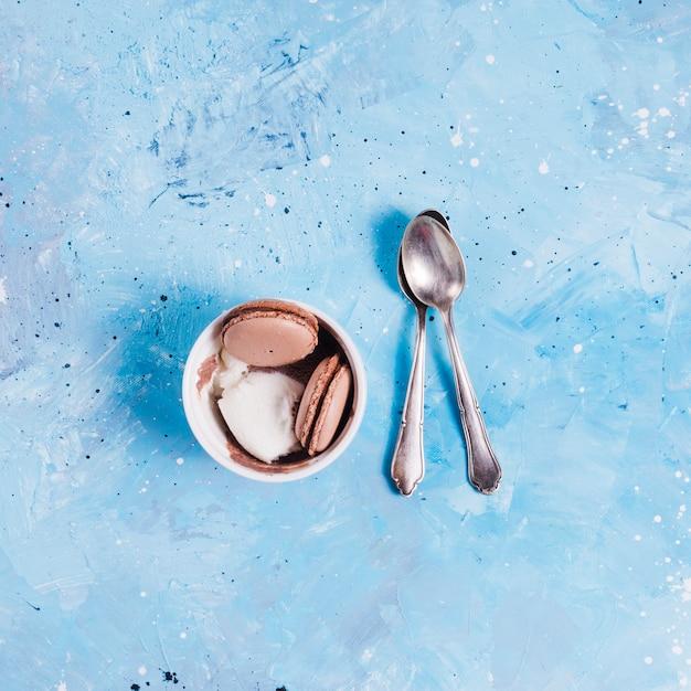 Taça pequena com sobremesa e colheres de chá