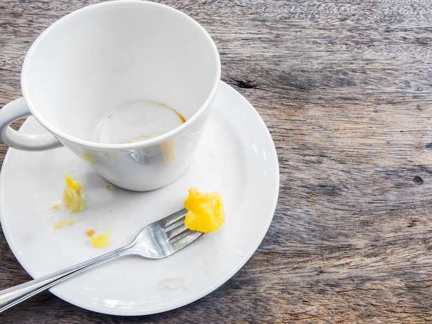 Taça vazia de café e prato vazio