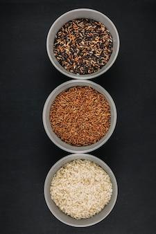 Taças com arroz sortido