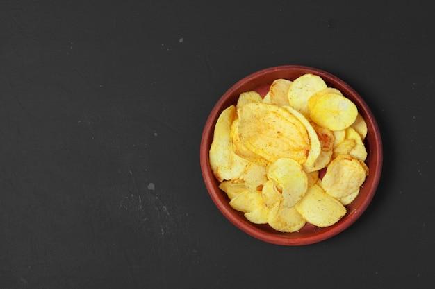 Taças com batatas fritas crocantes saborosas
