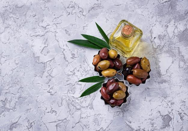 Taças com diferentes azeitonas mediterrânicas