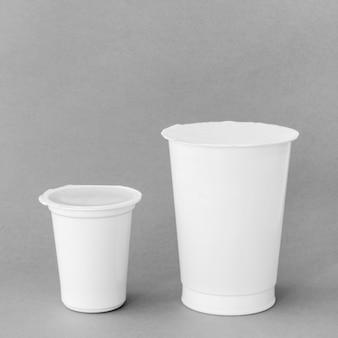 Taças com produtos lácteos frescos