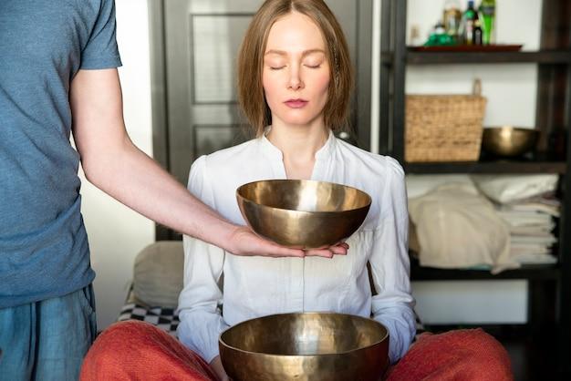 Taças de canto tibetanas em terapia de som no centro de spa
