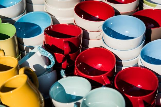 Taças de cerâmica coloridas
