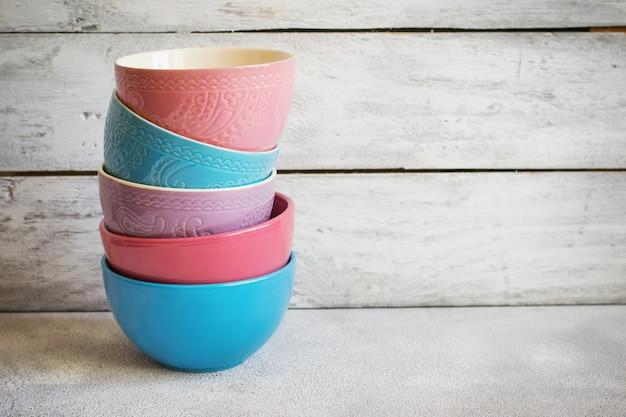 Taças de cerâmica pastel coloridas