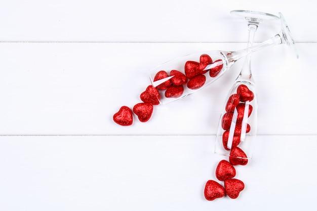 Taças de champanhe cheias de corações