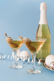 Taças de champanhe com azeitonas
