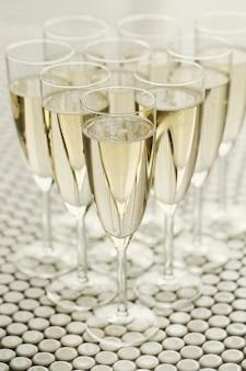 Taças de champanhe com champanhe
