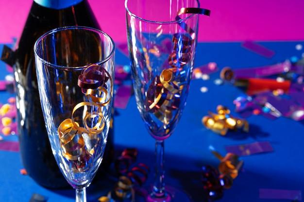 Taças de champanhe com enfeites de festa