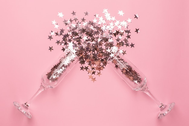 Taças de champanhe com estrelas de prata e rosa
