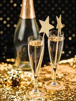 Taças de champanhe com estrelas e tecido dourado