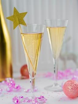 Taças de champanhe com fita rosa e estrela