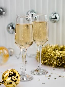 Taças de champanhe com globo de ouro e enfeites de natal