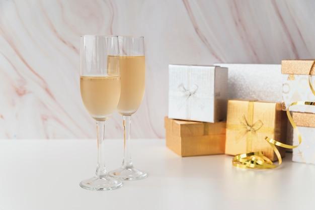 Taças de champanhe com presentes na mesa