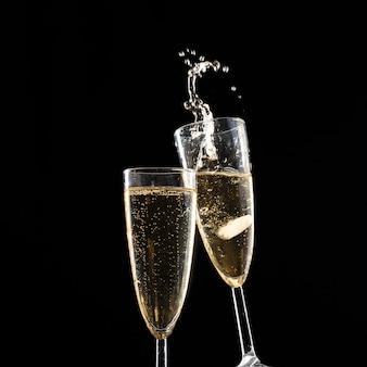 Taças de champanhe com splash